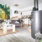 Wohnbereich mit Kamin und Küche aus der Wohnung 2